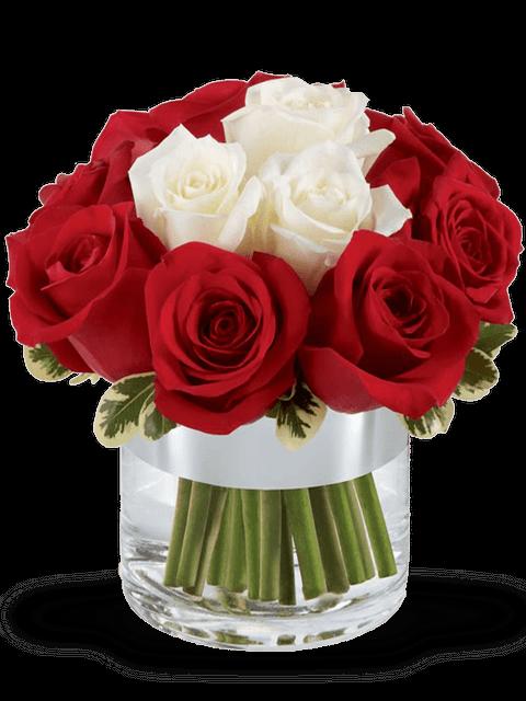Bouquet di rose rosse intorno e rose bianche al centro