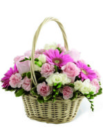 cesto di fiori dai toni rosa