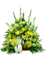 Cesto di rose e fiori gialli e bianchi.