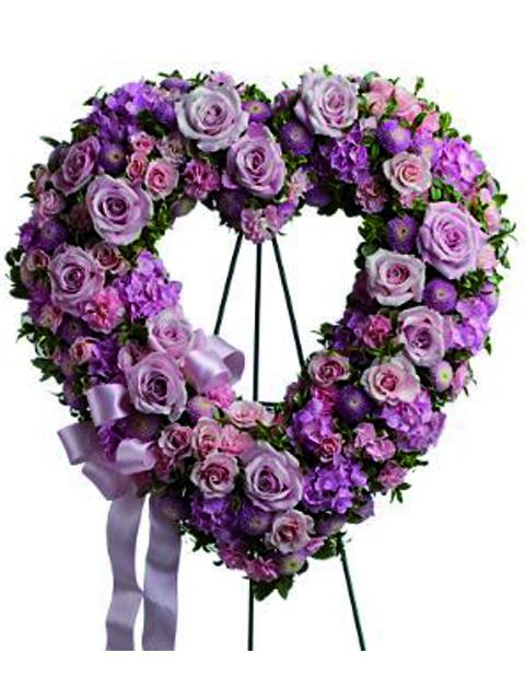Corona cuore di fiori rosa.