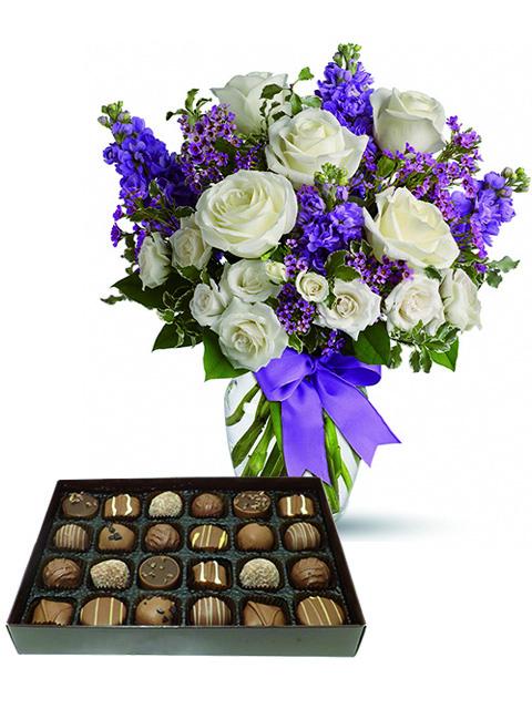 rose bianche fiori viola e cioccolatini