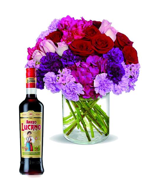 Rose e fiori fuxia con amaro Lucano.