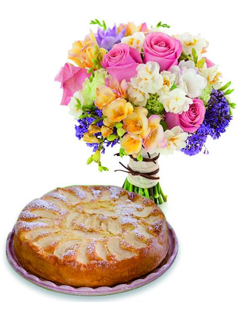 Rose e fiori misti con torta alle mele.
