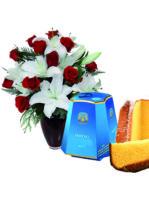 bouquet di rose rosse gigli e pandoro