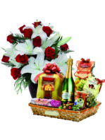 Bouquet di rose e gigli con cesto natalizio