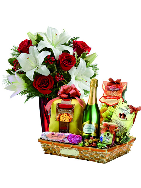 Bouquet di rose lilium e cesto natalizio